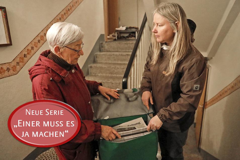 Helga Wildner (links) hat sich einen Trick überlegt, damit sie wirklich  keinen Kunden vergisst. SZ-Reporterin Elke Schmidt hat sie bei ihrer Arbeit begleitet.
