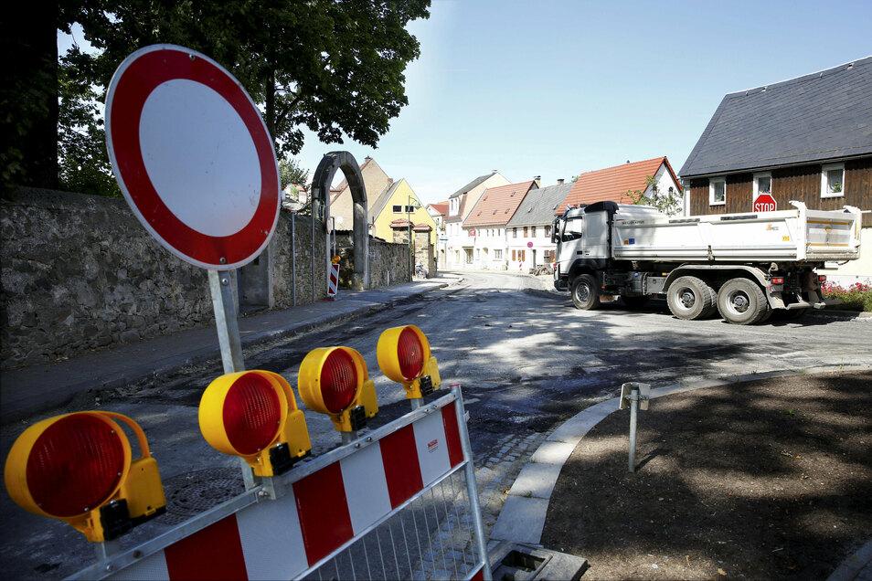 Pulsnitz hat derzeit viele Baustellen. Gebaggert wird auch auf der Großröhrsdorfer Straße. Dadurch ist die bekannte Zufahrt zur Schlossklinik gesperrt. Das sorgt für Unmut.
