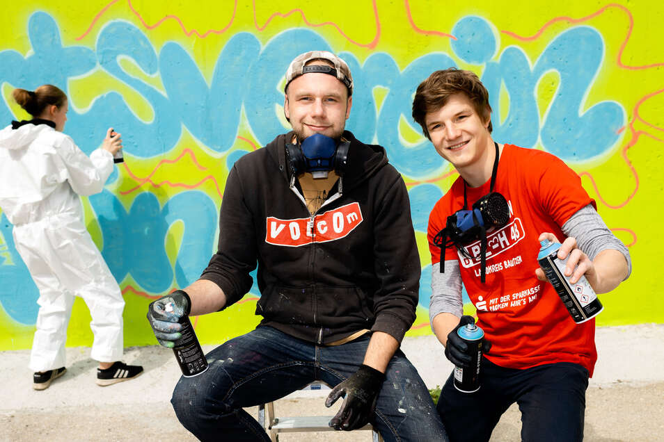 Till Mixsa und Felix Lepczynski (v.l.) gestalten mit Jugendlichen die Wand am Vereinshaus in Grünberg.