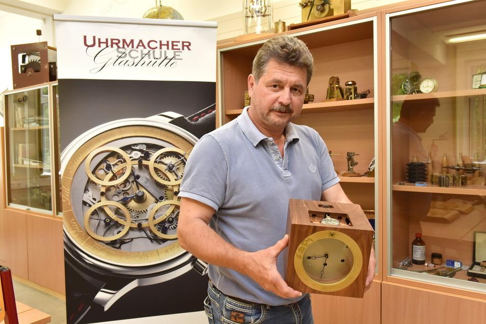 Jörg Tamme, Vorsitzender des Meisterprüfungsausschusses in Uhrmacherschule Glashütte, zeigt die Meisterarbeit von Yves Schmitz.