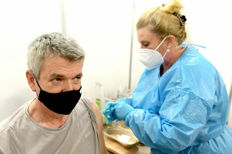 Am Montag begann das Löbauer Impfzentrum zu impfen - doch in dieser Woche ist nur medizinisches oder Pflegepersonal dran.