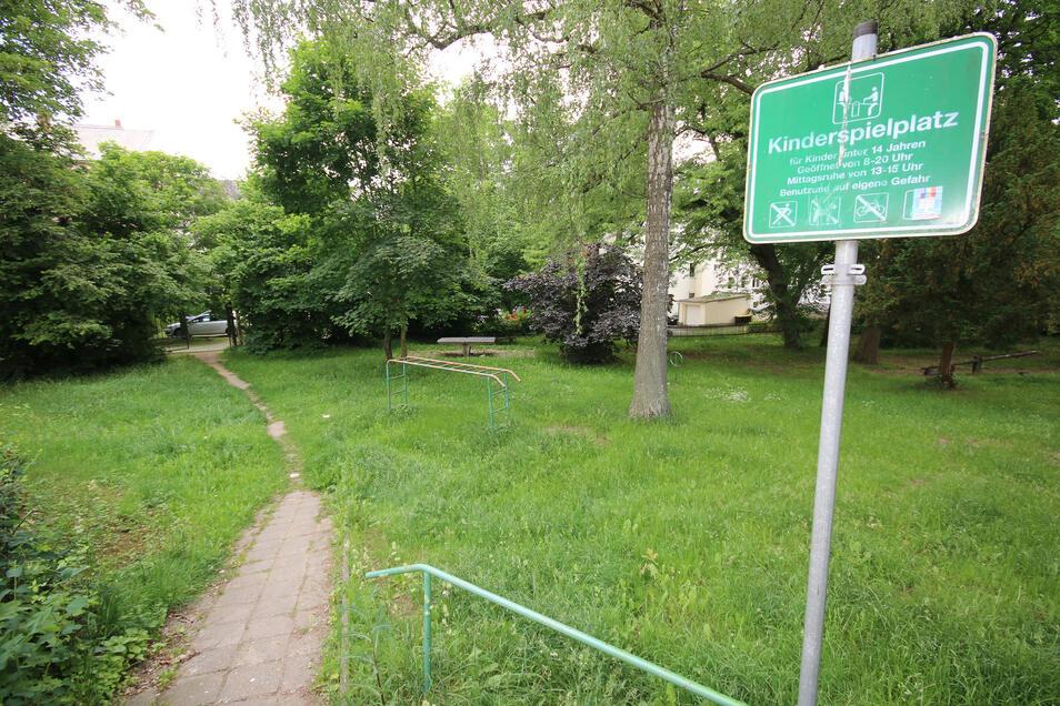 Die Bezeichnung Kinderspielplatz verdient das Areal an der Rudolf-Breitscheid-Straße nicht mehr. Die Spielgeräte sind morsch und verschlissen. Noch in diesem Jahr soll das Gelände zu einem Park umgestaltet werden.