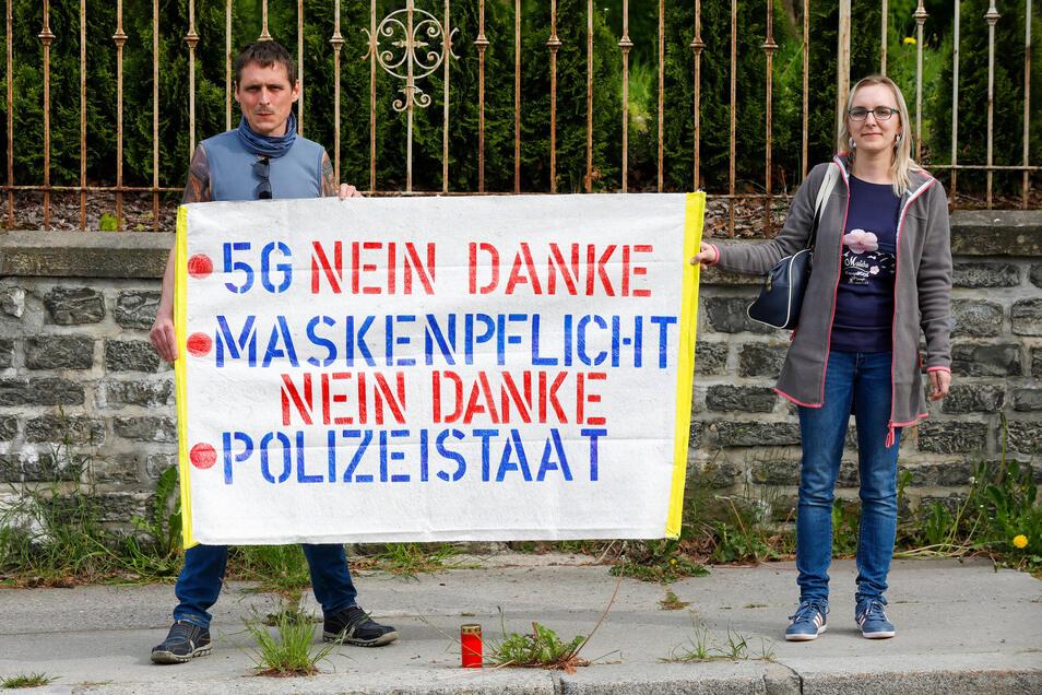 Stiller Protest an der Hauptstraße in Neugersdorf. Jeden Montag treffen sich hier Menschen von 17 Uhr bis 17.30 Uhr zum Protest.