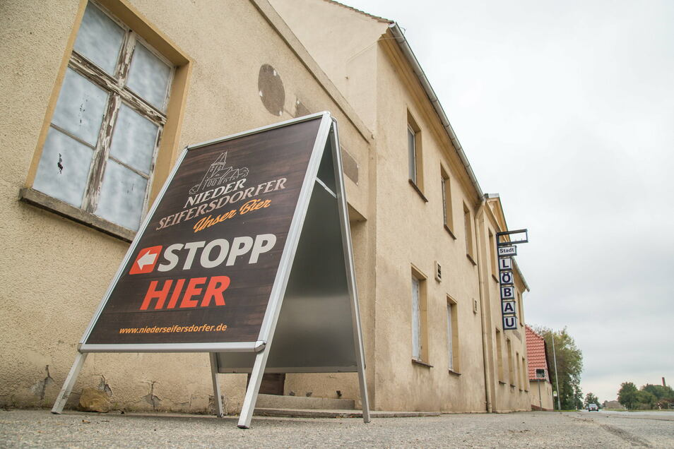 """Der Aufsteller an der Straße zeigt an, der Werksverkauf im Brauhaus im ehemaligen """"Stadt Löbau"""" ist weiterhin geöffnet."""