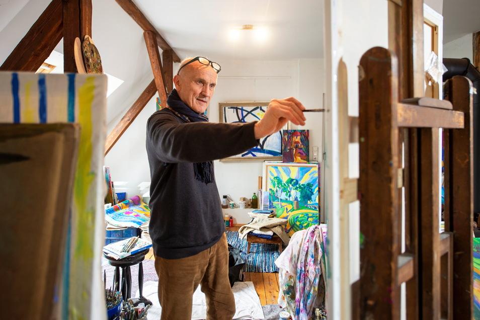 Der Radebeuler Maler in seinem Atelier in der Lößnitzgrundstraße 13. Hier werden demnächst Matineen und Ausstellungen mit Künstlern stattfinden - zuerst mit dem aktuellen Preisträger der Roland Gräfe Stiftung für Kunst und Kultur.