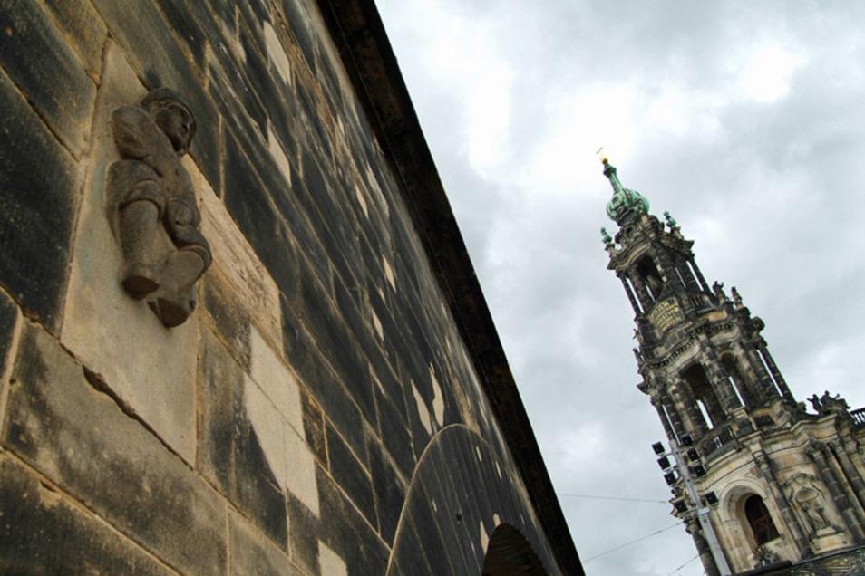 Ein Bild aus vergangenen Zeiten: das Brückenmännchen am ersten Pfeiler der Augustusbrücke. Derzeit ist dieses Dresdner Wahrzeichen aber verdeckt.