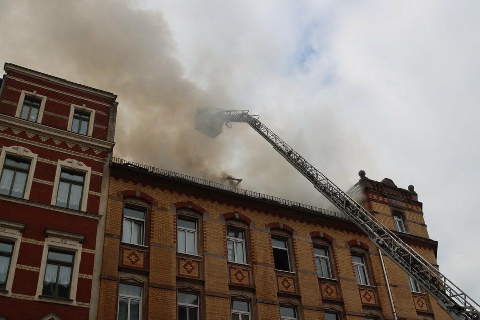 Nach einem Brand in einer Dachgeschosswohnung in Chemnitz ist am Montag eine tote Frau geborgen worden.