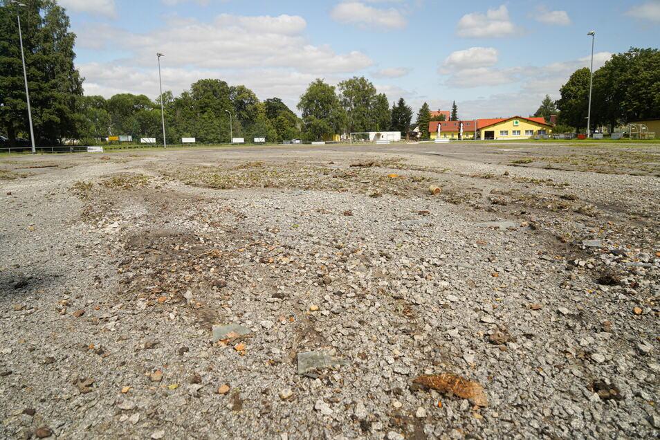 Teilweise wurde die Oberfläche des Platzes bis auf die Drainage-Schicht weggespült. Weil sich die Materialien mit Schlamm vermengt haben, muss der Platz komplett erneuert werden.
