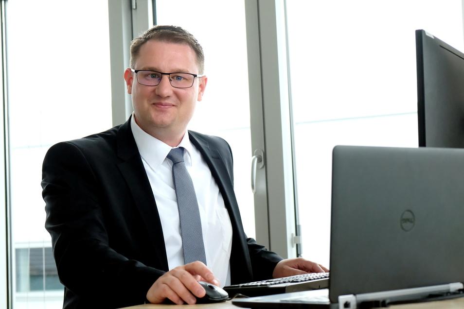 Arbeitet am Schreibtisch gern im Stehen: Der neue Vorstand der Elblandkliniken Meißen Rainer Zugehör (41). Mit seinem Vorgänger Frank Ohi ist er befreundet. Die Elblandkliniken haben über 3.000 Mitarbeiter und rund 1.000 Betten.