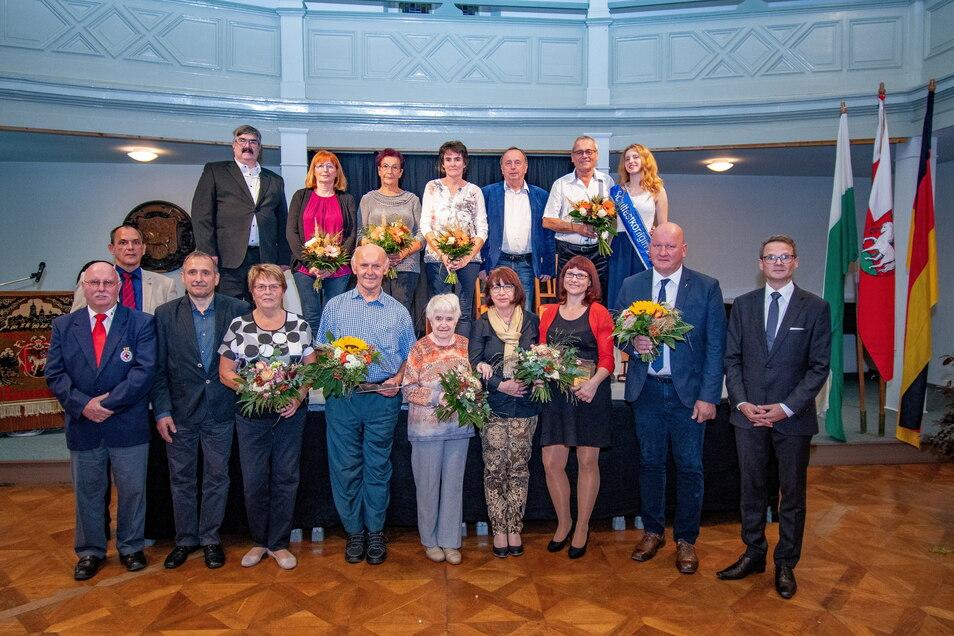 Mehr als ein Dutzend Frauen und Männer sind mit dem Ehrenamtspreis der Stadt Roßwein geehrt worden.