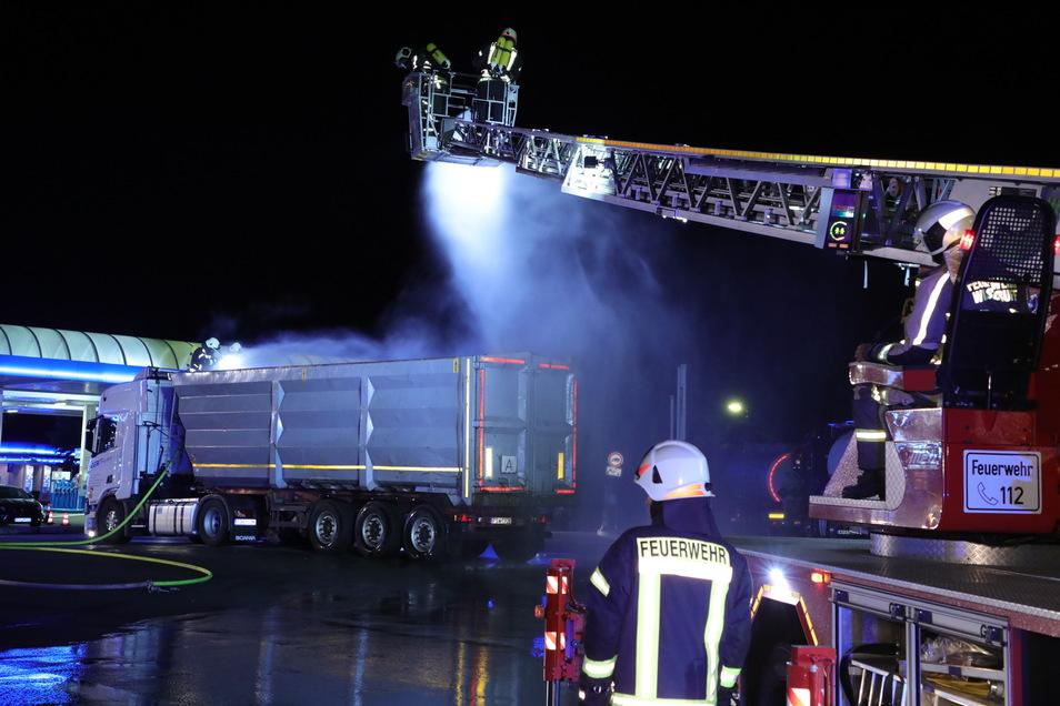 Die Feuerwehr kühlte in der Nacht einen Lkw an der Autobahnraststätte Dresdner Tor (Nord).