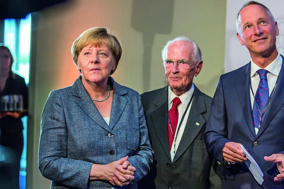 Bundeskanzlerin Angela Merkel, Walter Lange und Lange-Geschäftsführer Wilhelm Schmid bei der Eröffnung der neuen Manufaktur.