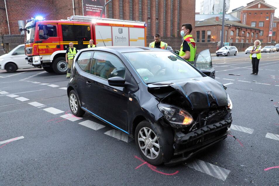 Die 19-jährige Fahrerin eines VW Up wurde beim Zusammenstoß mit einem VW-Bus der Bundespolizei am Montagabend in Dresden schwer verletzt.