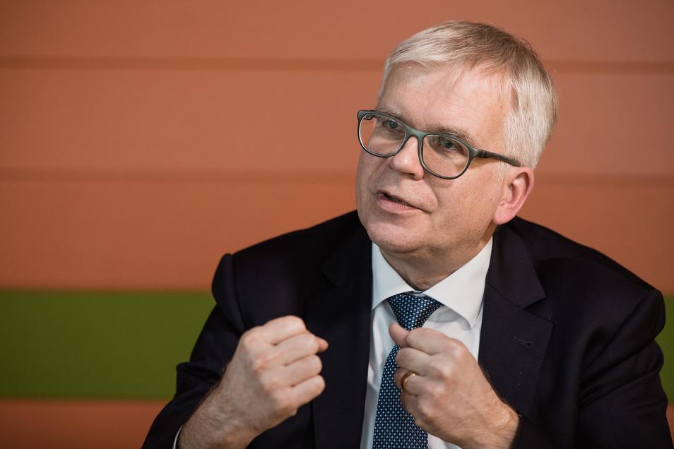 """""""Viele Vorhaben, die vor der Pandemie geplant und vielleicht wünschenswert waren, werden auf absehbare Zeit nicht mehr finanzierbar sein"""", erklärte Sachsens Finanzminister Hartmut Vorjohann (CDU) am Freitag."""