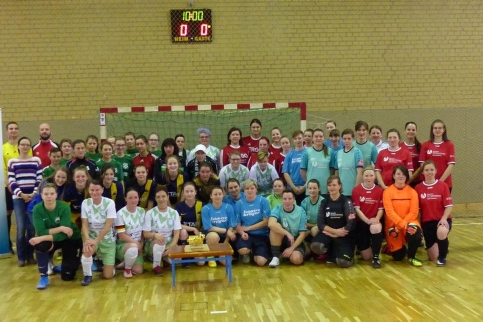 Das waren die am Hallenfußball-Turnier um den Kompressorpokal teilnehmenden Mannschaften vor dem Anpfiff zur ersten Partie.