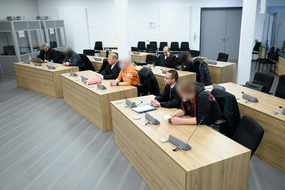 Vor dem Oberlandesgericht Dresden sind am Donnerstag vier weitere Mitglieder und Unterstützer der Terrorgruppe Freital zu Haft- und Bewährungsstrafen verurteilt worden.