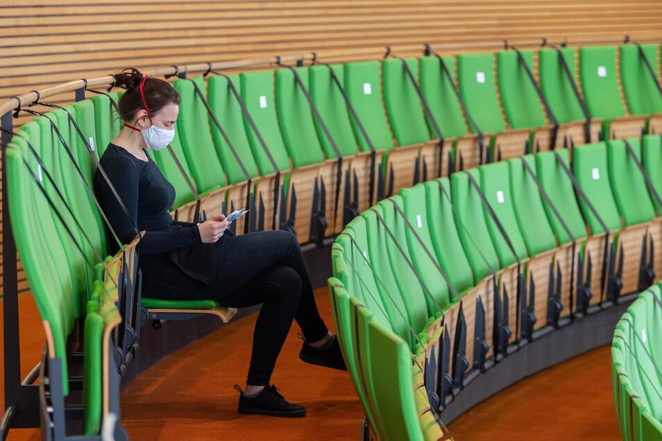 Besser, man hat immer eine dabei. Masken werden jetzt fast überall Pflicht. Auch auf der Besuchertribüne des sächsischen Landtags.
