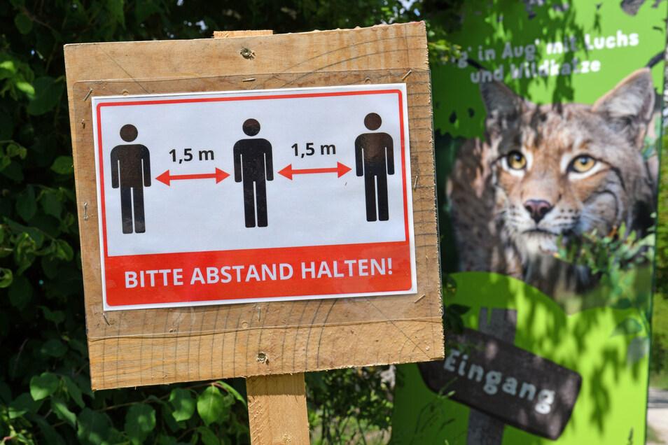 Ein Hinweis zum Abstandwahren an einem Wildtierpark. Im Landkreis Meißen jedenfalls hat die Methode Erfolg: Schon seit Tagen gibt es keine Neuinfektionen mehr.