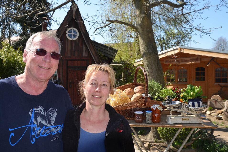 Martina und Winfried Neuer geben nicht auf und kochen weiter – Essen zum Mitnehmen wird angeboten.
