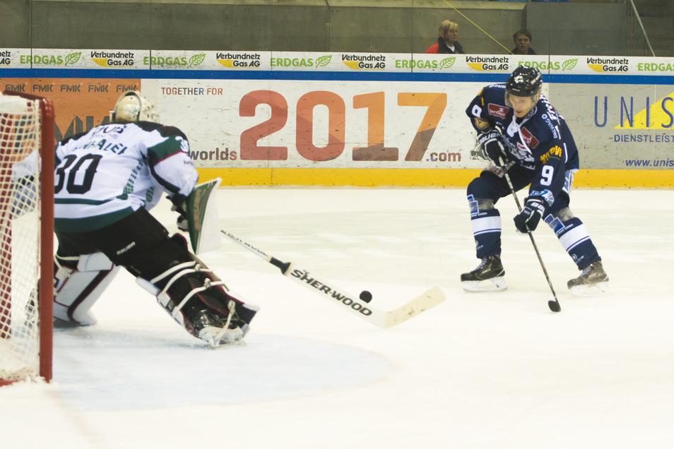 Arturs Kruminsch bei einem Spiel für die Eislöwen im Jahr 2016.