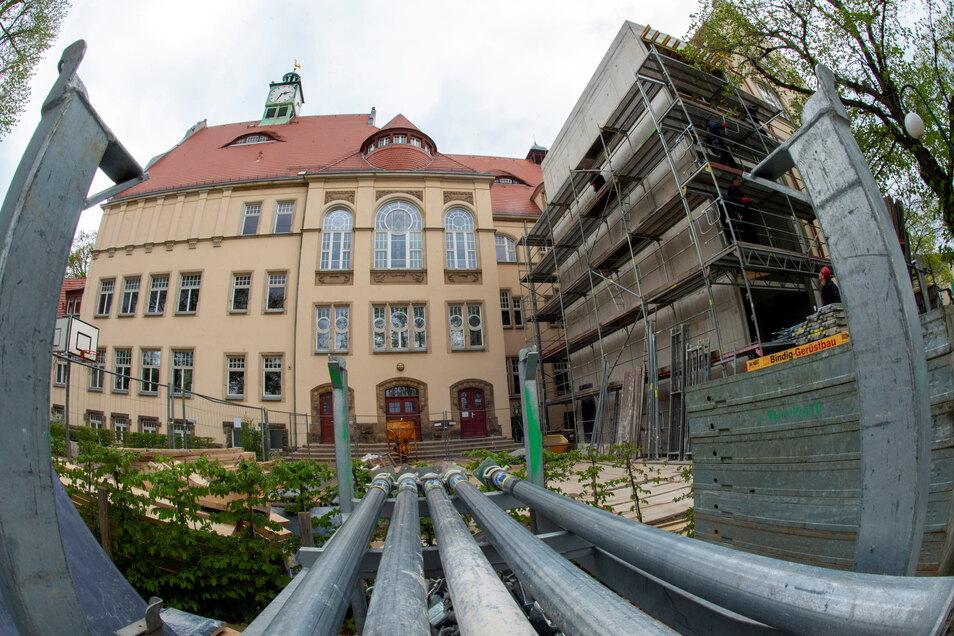 Von der Steinbachstraße, dem Haupteingang zum Lößnitzgymnasium, in Radebeul-Mitte ist das kaum zu bemerken - auf der Hofseite wird gebaut. Der Anbau mit dem neuen Treppenhaus steht bereits mit den bislang kahlen Wänden, dem Fahrstuhlschacht und den ei