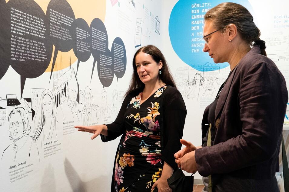 Andrea Behr, Geschäftsführerin der Europastadt GmbH (links), und Janet Conrad, Geschäftsführerin der Evangelischen Kulturstiftung Görlitz, betrachten die gezeichneten Bilder von sich selbst.