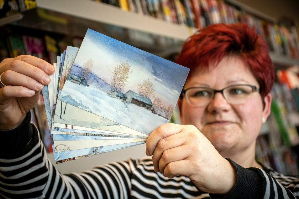 Susanne Postelt vom Geschäft Dierbooks zeigt die Postkarten mit Motiven von Ekkehart Stark.