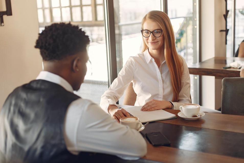 Headhunter werden von Unternehmen beauftragt, Mitarbeiter zu finden. Oft geht es dabei um Hochqualifizierte und Führungskräfte.