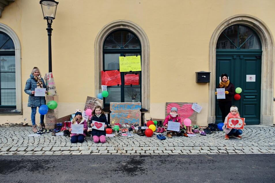 Mit dem Ablegen von Kinderschuhen vor dem Lommatzscher Rathaus machten sich Eltern Luft gegen die Zwangsschließungen von Schulen.