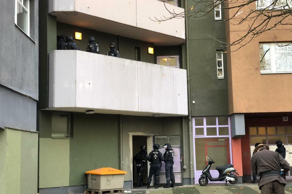 Polizisten vor einem Wohnhaus in der Gitschiner Straße in Berlin-Kreuzberg am Dienstagmorgen.