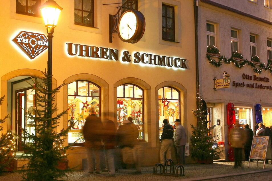 Die weihnachtlich geschmückte Herrengasse mit ihren Geschäften lockt auch am Sonntag Besucher an.