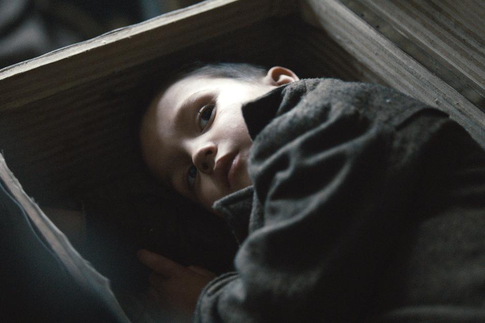Obwohl er ihren geplanten Aufstand gefährden könnte, beschließen einige Buchenwald-Häftlinge, den kleinen jüdischen Jungen (Vojta Vomácka) zu retten.