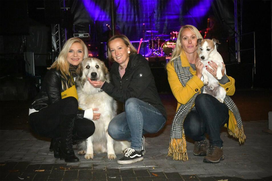 Mit dabei bei der Benefizveranstaltung in Neugersdorf waren auch Moderatorin Uta Bresan (links) und Nicole Lucas (rechts) mit ihrem Terrier Tyson.