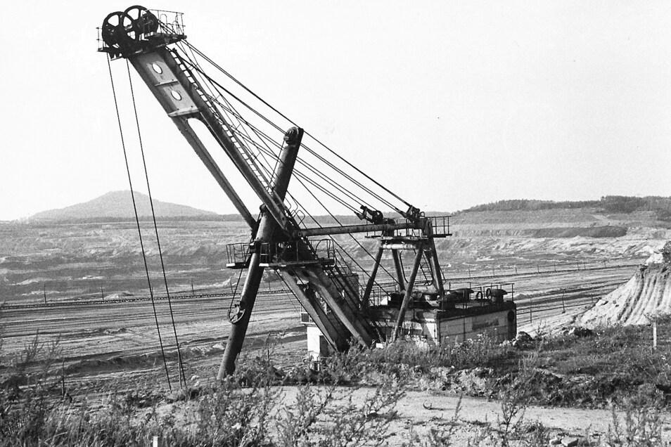 Dieser Blick in den Braunkohletagebau bei Deutsch Ossig in Richtung Landeskrone ist im Jahr 1989 festgehalten worden. Noch bis 1997 ist in der Berzdorfer Grube Kohle abgebaut worden - mehr als 170 Jahre lang.