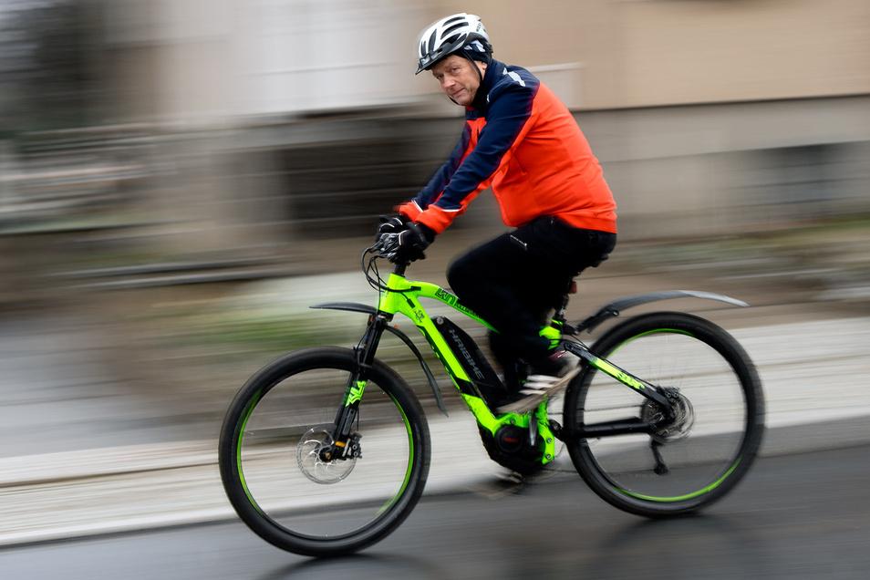 Die fünf Kilometer von Naundorf nach Putzkau bewältigt Tilo Jähne mit dem E-Bike, finanziert von seinem Chef.
