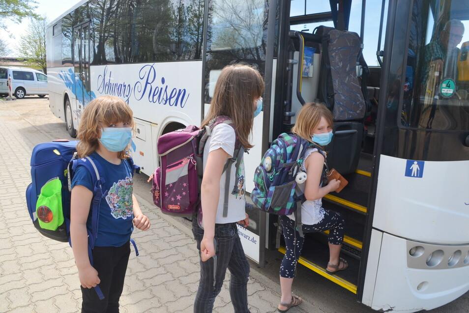 Mit dem Bus werden die Kinder in ihre Ortsteile gefahren.