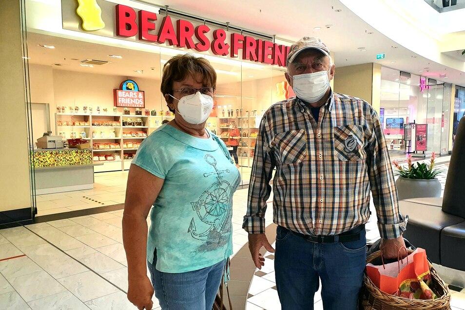 Christa und Claus Tämpler statteten im Elbepark als erstes dem Gummibärchenladen einen Besuch ab.
