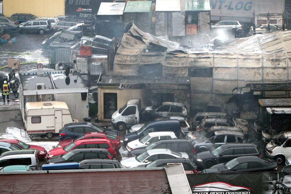 So sieht es am Autohandel in Heidenau aus, wo es am Donnerstag gebrannt hat. Zur Ursache gibt es bislang nur Vermutungen.