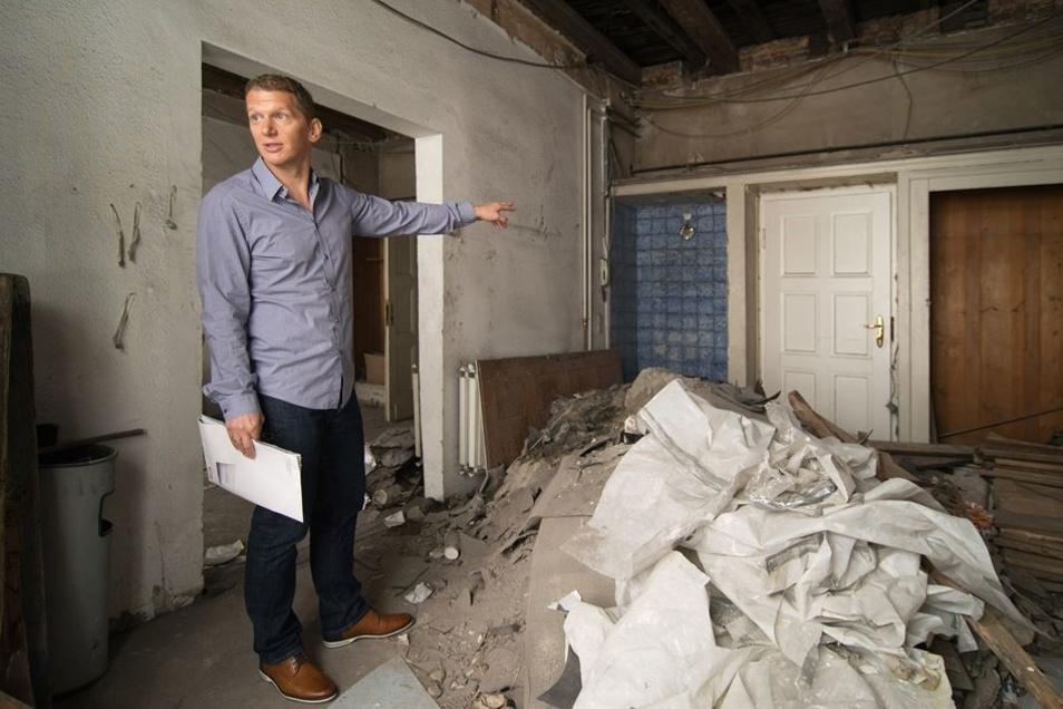 Eigentümer Jens Hewald im alten Hotelzimmer des Obergeschosses im Südflügel. Foto: Rene Meinig