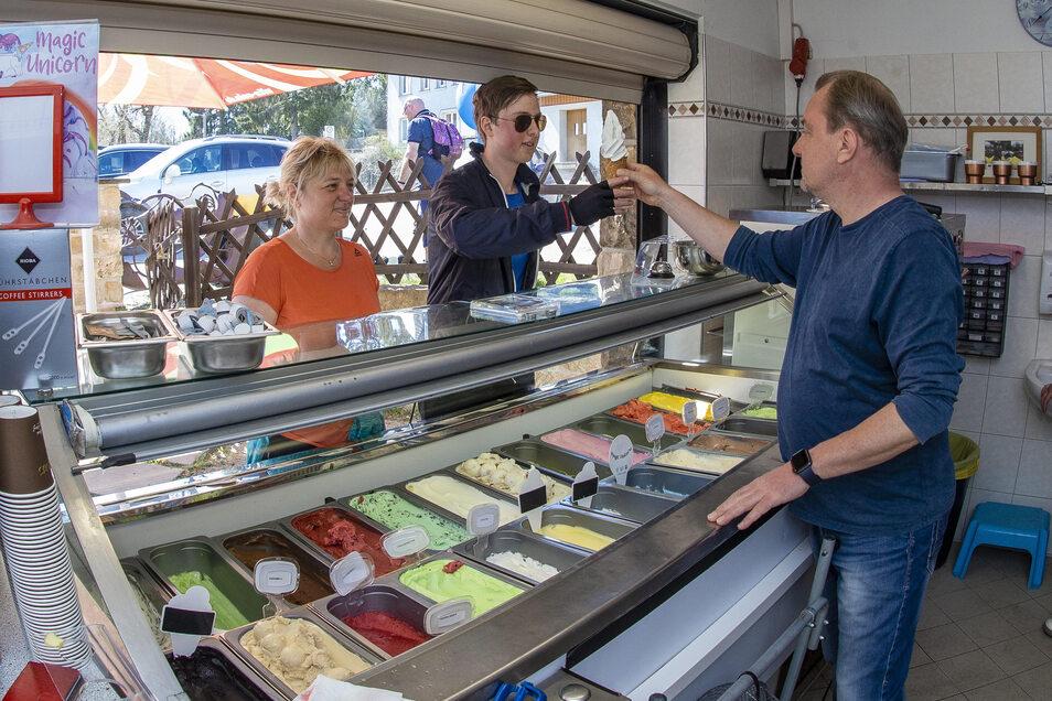 Silke und Aron aus Freital bekommen hier an der Eisoase in Paulsdorf ein Softeis von Mirko Göschel. Verkauf zum Mitnehmen ist erlaubt. Sitzmöglichkeiten darf er seinen Gästen aber nicht anbieten.