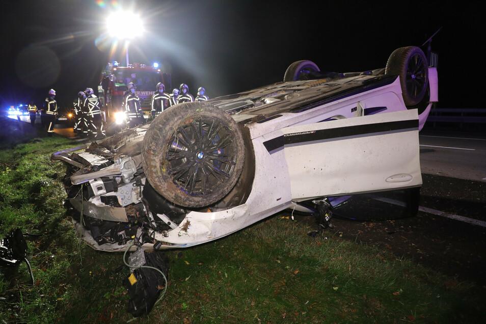 Nach einem Überschlag lag der BMW neben der Autobahn. Der Fahrer ist im Krankenhaus.