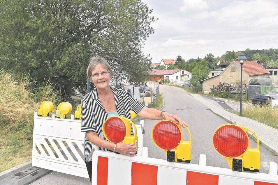 Karin Oertel ärgert sich über die Vollsperrung beim Wohngebiet an der Wolframsdorfer Straße. Bis Oktober wird sie noch Geduld brauchen.