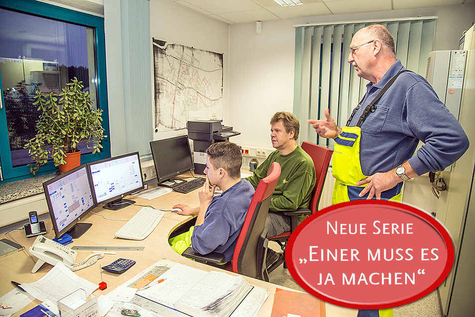 SZ-Redakteur Steffen Gerhardt (Mitte) schnuppert in die Arbeit in der Kläranlage der Stadtwerke Niesky. Im Büro wird auf Monitoren der technologische Ablauf der Abwasserreinigung von den Mitarbeitern Bernd Schurwanz (rechts) und Tom Henning kontrolliert.