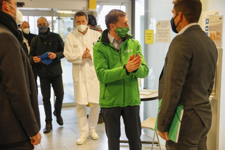 Sachsens Ministerpräsident Michael Kretschmer hat am Montagnachmittag das Zittauer Krankenhaus besucht, hinter ihm der Ärztliche Direktor des Klinikums, Dr. Mathias Mengel.