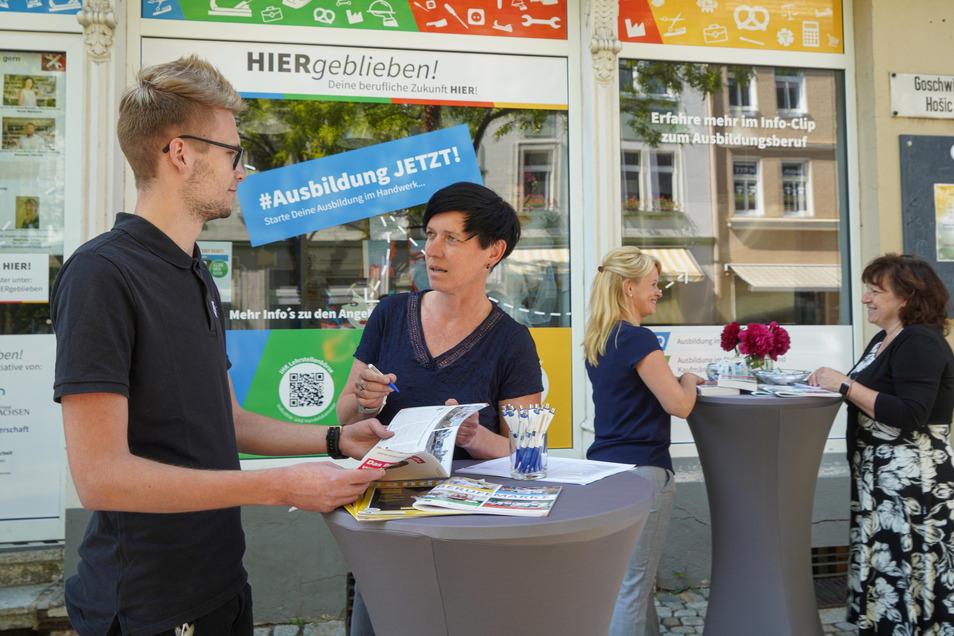 """""""Hiergeblieben! Deine berufliche Zukunft hier"""" heißt die Aktion im Schaufenster des Hauses Goschwitzstraße 40 in Bautzen. Hier berät Sylvia Wolf, Teamleiterin Berufsberatung bei der Arbeitsagentur Bautzen, Chris Glawion."""