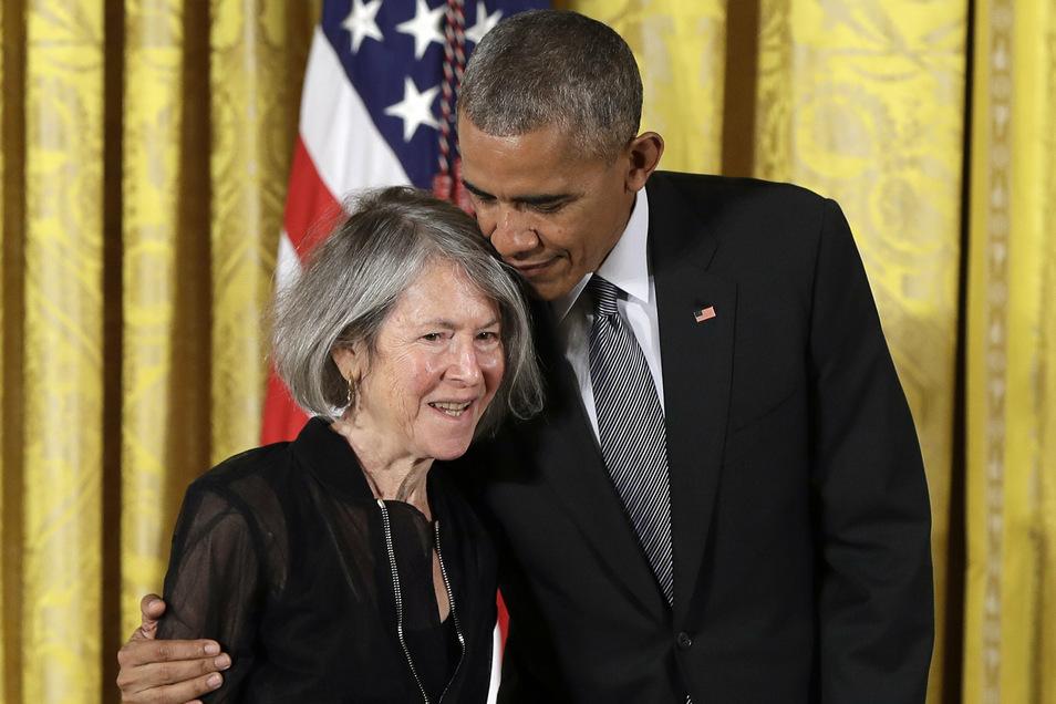 2016 umarmt der damalige US-Präsident Barack Obama die amerikanische Poetin Louise Glück bei der Verleihung der National Humanities Medal (Medaille für Geisteswissenschaften) im Weißen Haus.