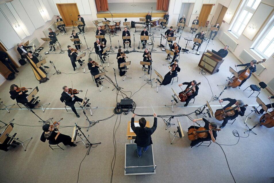 So sieht ein Konzert unter Lockdown-Bedingungen aus: die Elbland-Philharmonie bei ihrem Auftritt in Riesa.