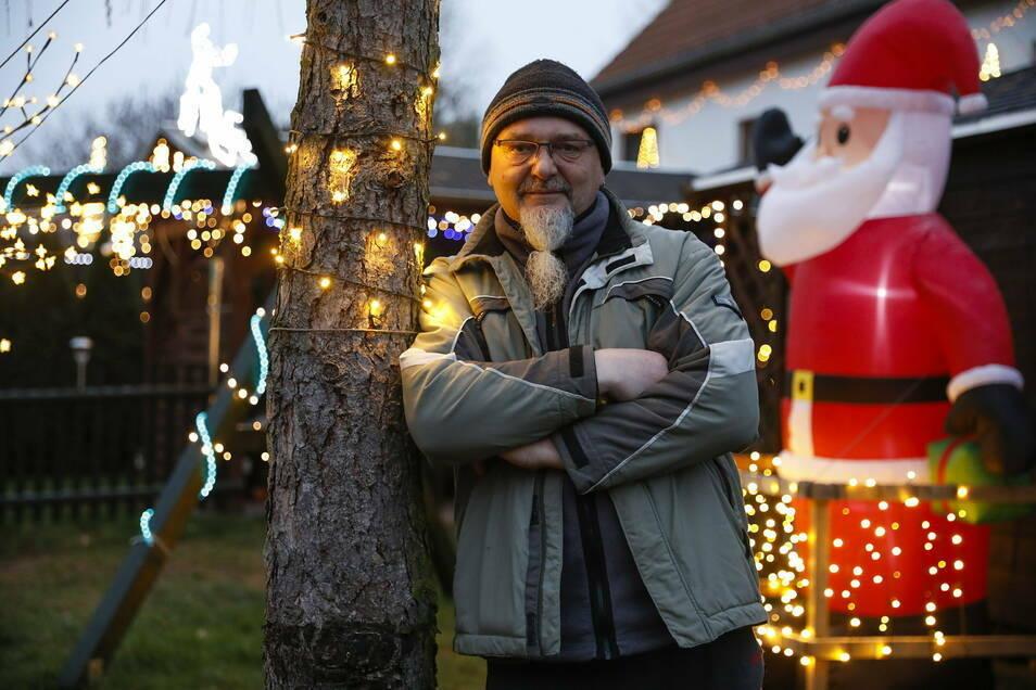 Frank Penther mit seiner leuchtenden Weihnachtsdekoration in Ruppersdorf. Für ihn waren viele Lichter schon immer ein Traum.