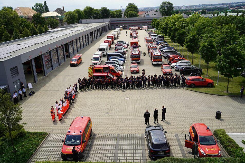 Großverband der Dresdner Feuerwehr vor dem Abmarsch ins Katastrophengebiet nach Rheinland-Pfalz