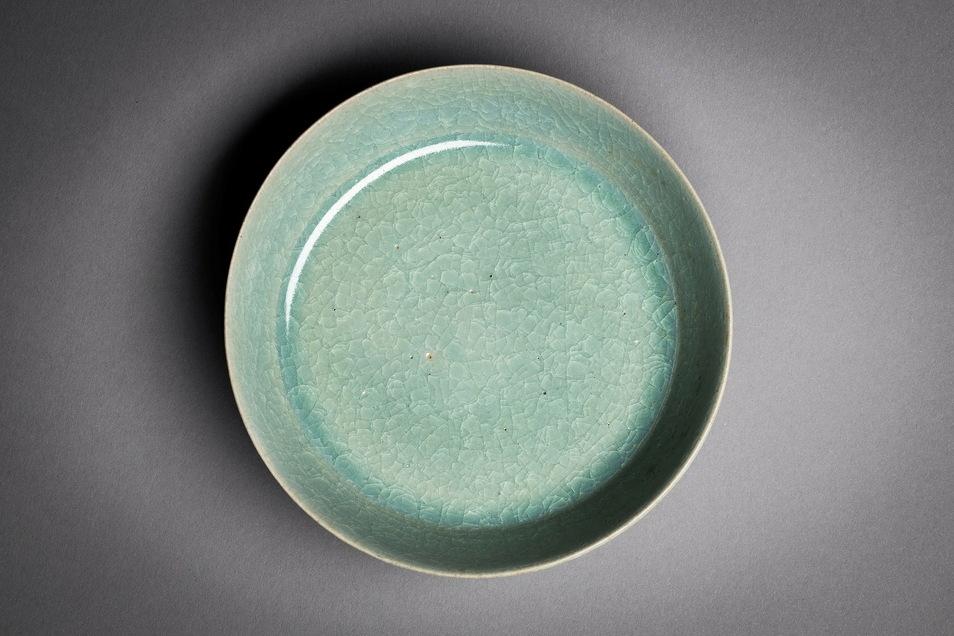 Das Dresdner Stück mit blaugrüner Glasur und dem typischen Krakelee, einem an gesplittertes Eis erinnerndes Muster, wurde wohl zum Waschen von Pinseln hergestellt.